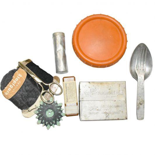 В вещмешке у немца лежали: хлорница, складная ложка-вилка, маргаринница, нитки и иголки, свисток.