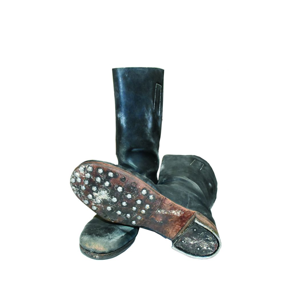 Фашисты носили кожаные сапоги, подбитые гвоздями.
