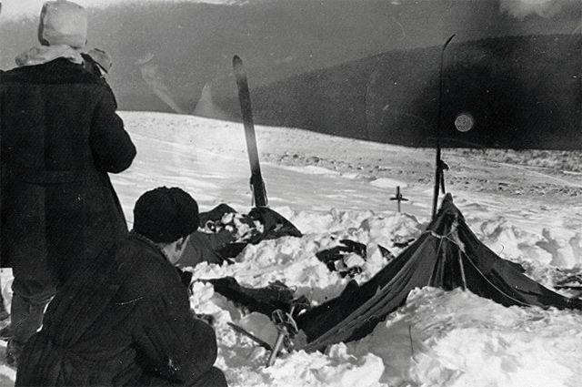 Вид на найденную палатку группы. Фото спасателя Вадима Брусницына от 26 или 28 февраля 1959 г.