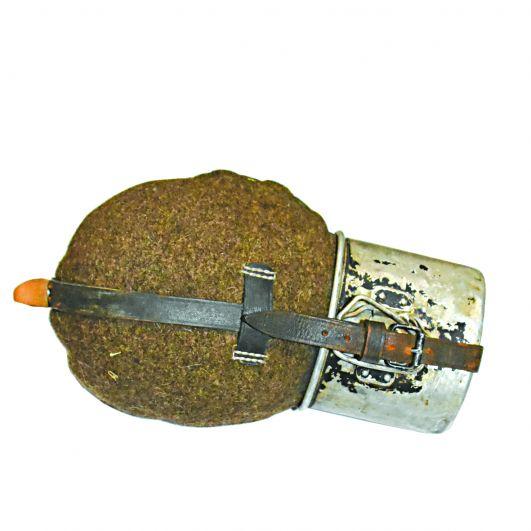 Алюминиевая фляжка в войлочном чехле с притягивающейся кружкой.