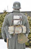 На спине у немца висел не только вещмешок, но и мини-печка, котелок с крышкой и плащ-палатка.