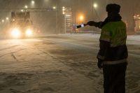 Сотрудники ГИБДД помогли водителю на трассе согреться