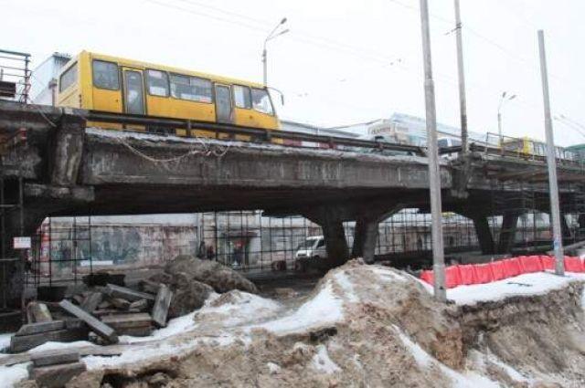 Асфальт проваливается: ремонт на аварийном Шулявском мосту вновь отложили