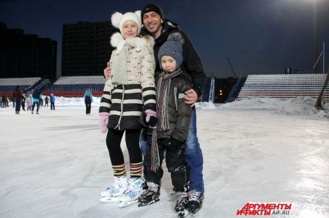 В Оренбурге тысячи оренбуржцев вечер пятницы провели на льду.