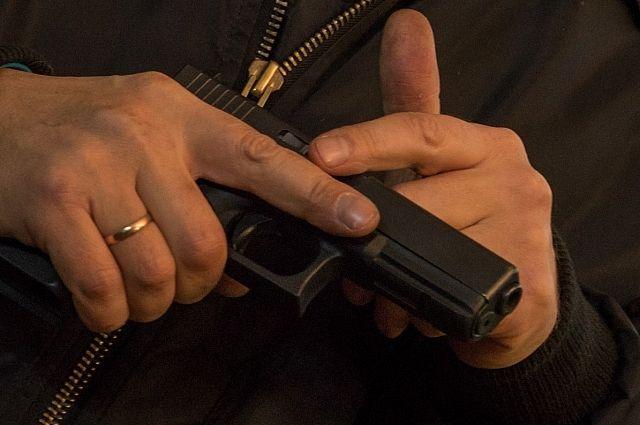 Грабитель имел при себе пистолет или его муляж.