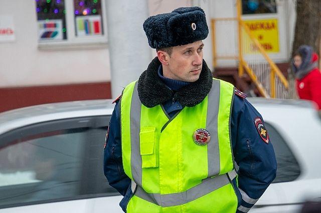 В Оренбурге сотрудниками полиции задержан мужчина с пакетом наркотического вещества. .