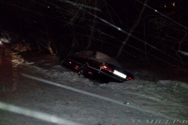 Автомобиль от удара съехал в кювет.