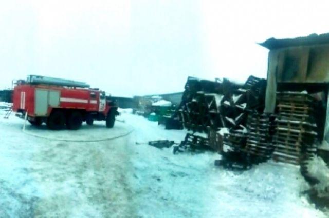 Фермер использовал ангар для ремонта тракторов.