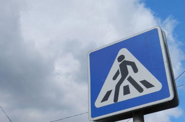 Женщина переходила дорогу по пешеходному переходу.