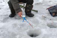 Спасатели помогли замерзающему на Красноярском водохранилище рыбаку.