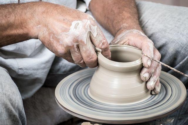 В Тюмени подростки учатся делать глиняную посуду Древней Руси