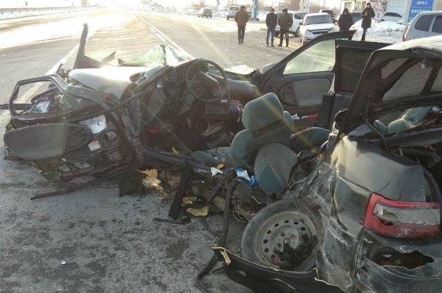 УМВД: в ДТП на трассе Оренбург-Илек погибли водитель и пассажир «ВАЗа»