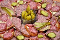 Привычный многим украинцам перекус в виде хлеба с маслом и колбасой на самом деле абсолютно нездоровая, бесполезная и дорогая еда.