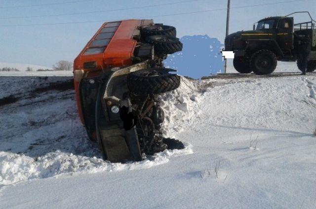 В Октябрьском районе в кювет опрокинулся автобус «Урал», есть пострадавший