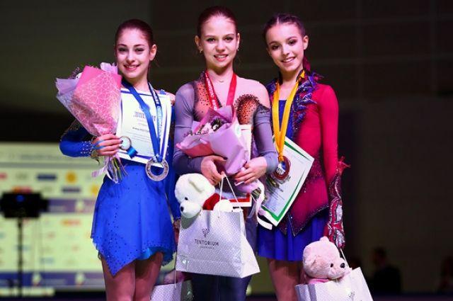Весь пьедестал заняли ученицы тренера Этери Тутберидзе. Александра Трусова завоевала золото. Второе место у Алёны Косторной, тройку призёров замкнула Анна Щербакова.