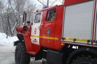 31 человека пожарные спасли из горящих зданий.