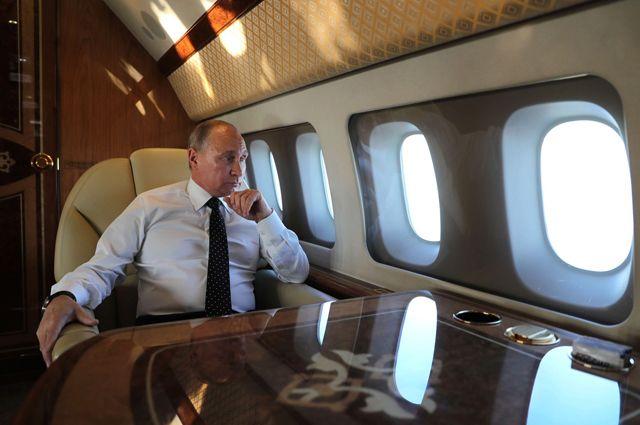 Владимир Путин в салоне самолёта.