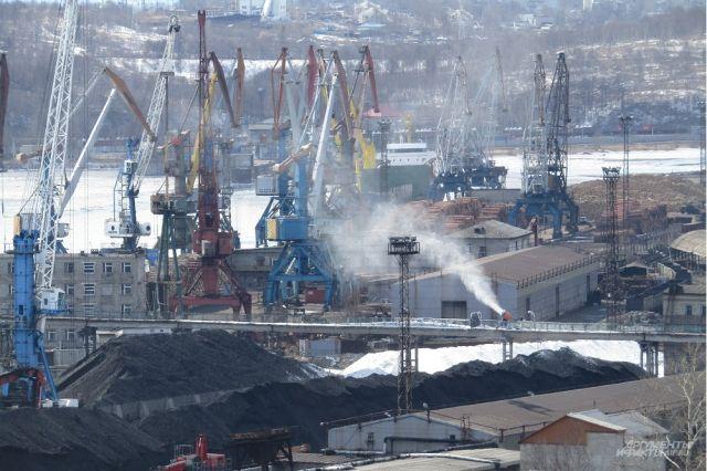 В порту установили водометы: струя воды прибивает пыль к земле, но, похоже, этого не достаточно.