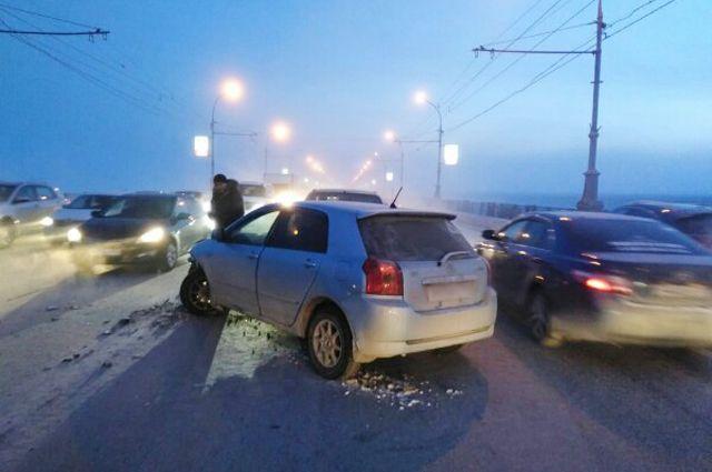 Авария осложнила движение в оба направления.