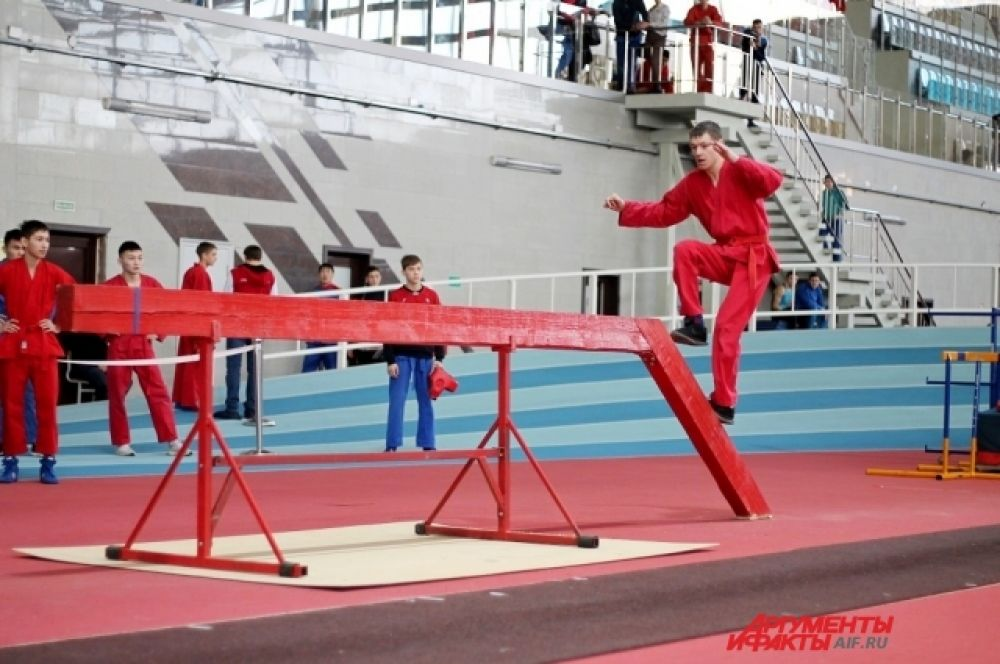 Перед началом боя спортсменам предстояло пройти полосу препятствий.