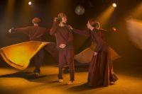 """Песчаный ветер и танцы дервишей - спектакль """"Манкурт"""" выдержан в бордовых, рыжих и песочных тонах."""