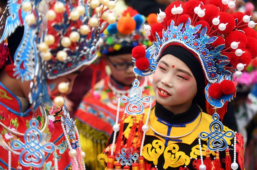 Дети в костюмах готовятся к выступлению во время празднования нового года в Нанкине.