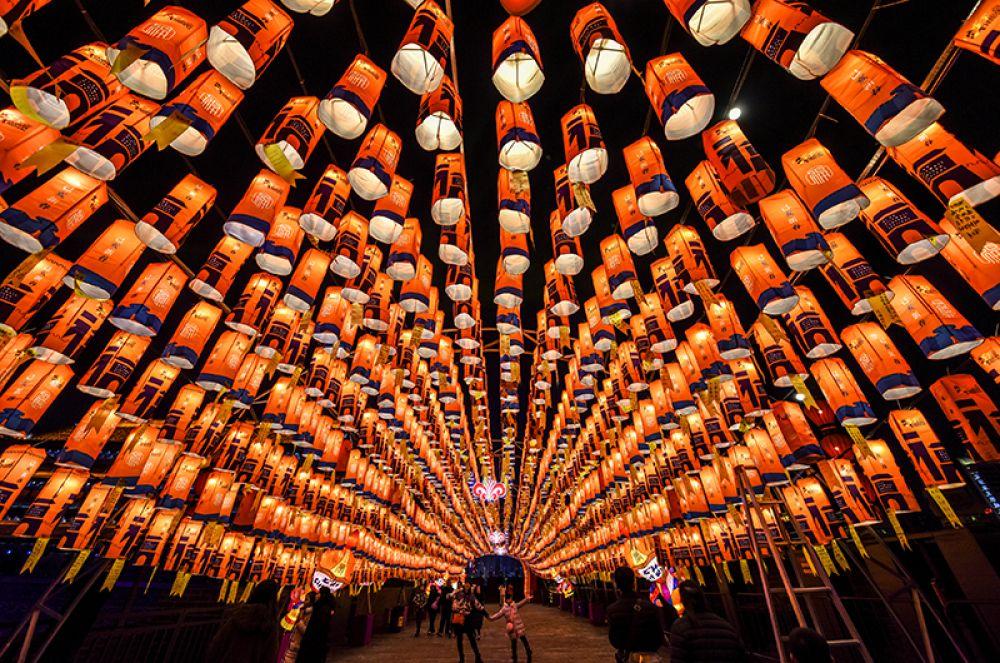 Улицы, украшенные китайскими фонариками, в преддверии нового года в Сиане.