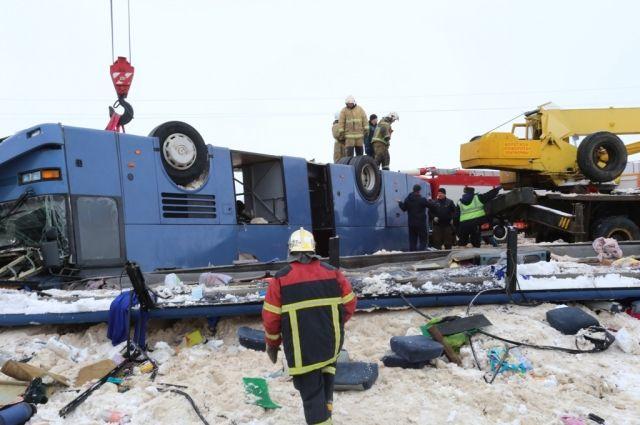 Крышу автобуса вогнуло внутрь салона, стекла лопнули, и почти все кто был внутри, оказались зажаты. Спасательная операция длилась несколько часов.