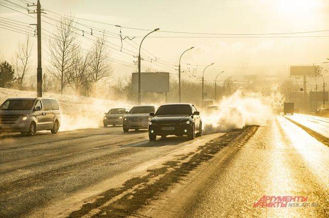 Одна из частых причин ДТП в городе —гололёд и несоблюдение дистанции водителями.