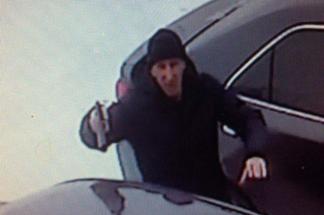 Видео: в Орске разбойник, угрожая пистолетом, похитил 400 тысяч