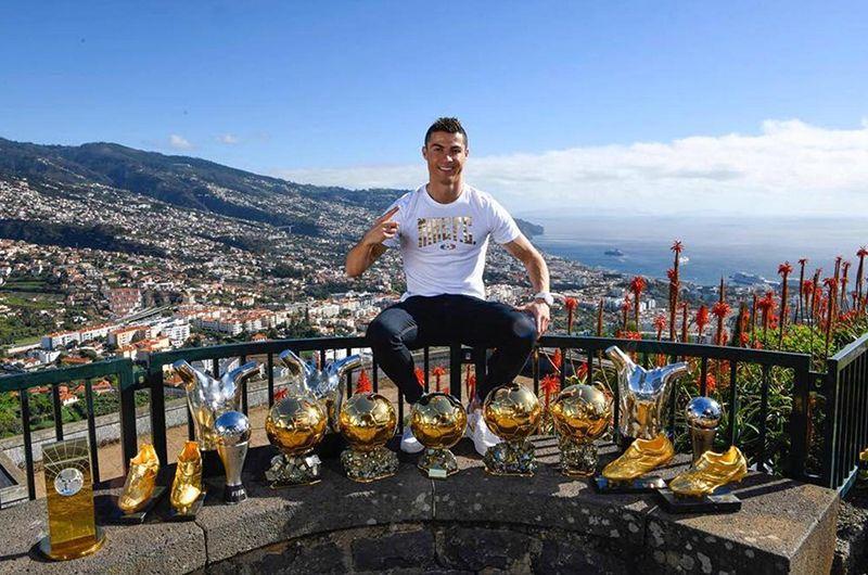 Восемь раз Роналду попадал в символическую сборную ФИФА по итогам года.