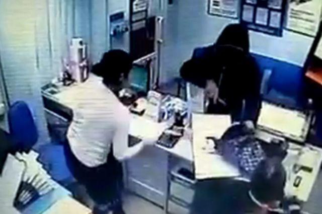 Угрожая ножом, он забрал имеющиеся в кассе 30 000 рублей и скрылся.