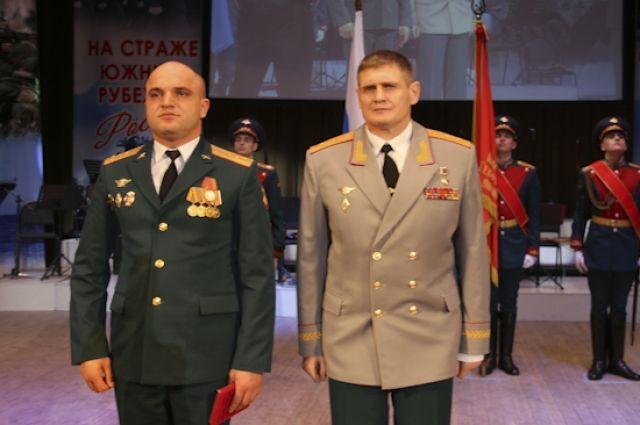 Генерал-лейтенант Михаил Теплинский (на фото справа) сейчас возглавляет штаб Южного военного округа.