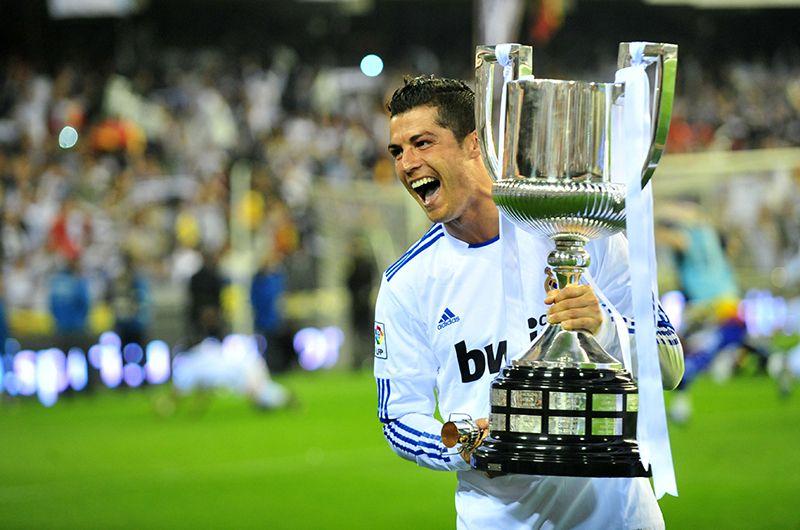 В 2009 году «Манчестер Юнайтед» принял предложение «Реала» о продаже Роналду в испанский клуб за 80 млн фунтов стерлингов (93,4 миллиона евро). Португальский полузащитник стал самым дорогим игроком в истории мирового футбола, побив рекорд Зидана, который перешёл из туринского «Ювентуса» в «Реал» в 2001 году (около 76 млн евро).