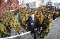Владимир Жириновский: «Там, где стоит русская армия, никто не посмеет дёрнуться». На снимке: лидер ЛДПР делает селфи с участниками Парада Победы на Красной площади.