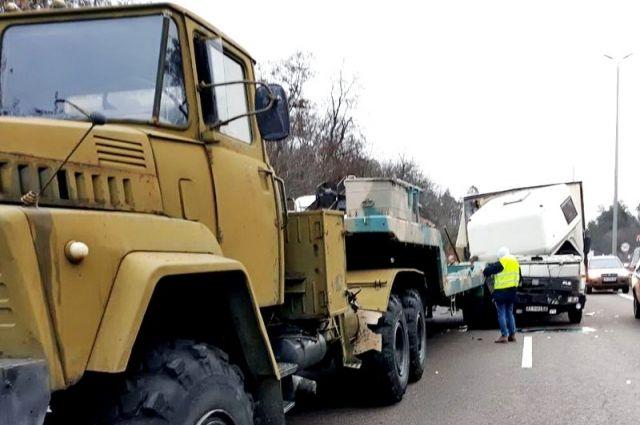 Колонна военной техники попала в ДТП под Киевом: есть пострадавшие