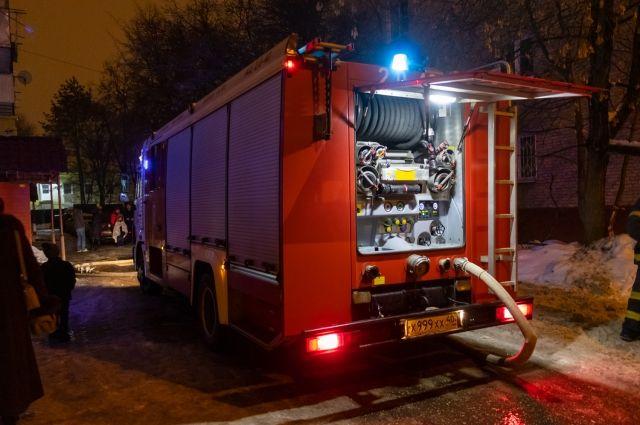Приехавшие на место происшествия пожарные установили, что здание горит внутри.