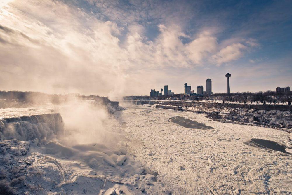 Река Ниагара, соединяющая озера Эри и Онтарио, падает с высоты 50-метрового обрыва шириной более 1000 м.