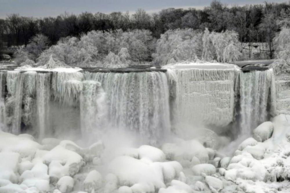 Ниагарский водопад частично заледенел из-за сильных морозов в Канаде и на севере США.