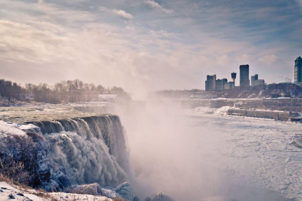 Ниагара, как и любой другой водопад, выглядит по-разному в зависимости не только от времени суток, но и от времени года.