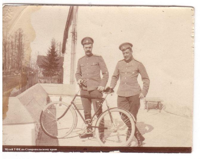 Офицеры с велосипедом.