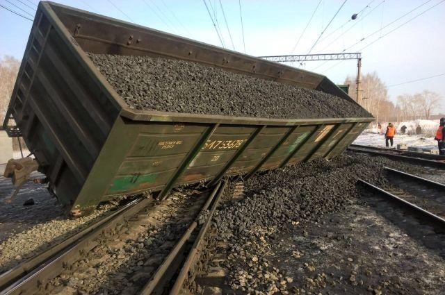 Есть повреждение железнодорожного полотна.