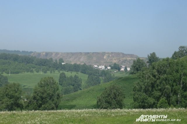 Вид на гору пустой породы - порой, это всё, что получают кузбассовцы от добычи угля.