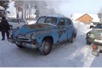 Ретро автомобиль завелся в крепкий мороз.