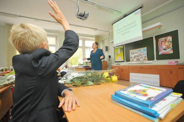 В учебных помещениях и кабинетах школ должно быть 18-24 °C.