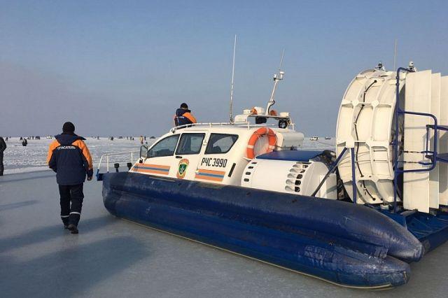 Трудная работа спасателей - гнать со льда непослушных рыбаков.