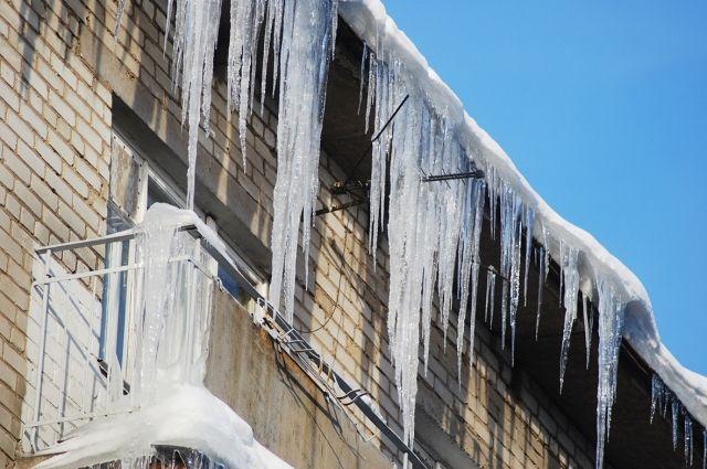 Если вы видите нависающий снег и сосульки на крыше дома, нужно обращаться в управляющую компанию или ТСЖ