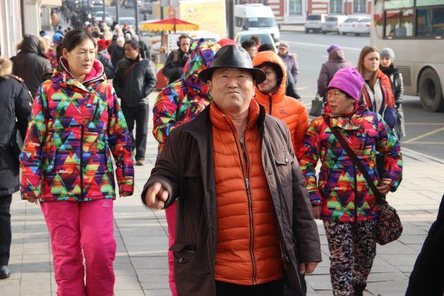 Китайские путешественники на улицах приморских городов давно уже привычны жителям края.