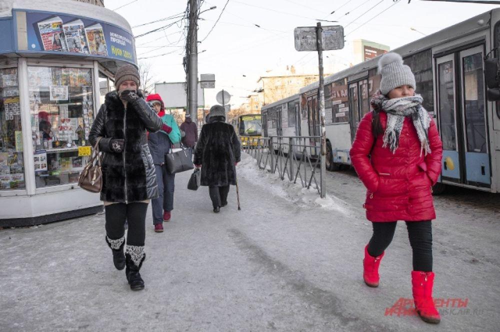 Больше всего атаке холода подвержены новосибирцы, которым приходится ждать автобус на остановке. Проверенный лайфхак: скачать на телефон приложение «Яндекс.Транспорт» и отслеживать свой автобус, греясь в магазине вблизи остановки.