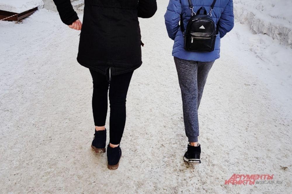 Наш фотокорр не смогла остаться равнодушной к закалённым девушкам, которые в -35 °С не стали надевать носки. Однако врачи уверены, что для здоровья это не полезно. Берегите себя.